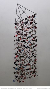 Triangel med mångfaldens lek - 120 x 35 x 35 cm